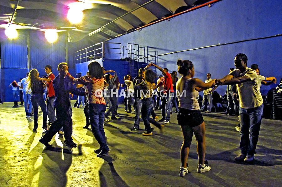 Curso de dança de salao no Centro Cultural Palhaço Carequinha. Bairro Grajau. Sao Paulo. 2013. Foto de Marcia Minillo.