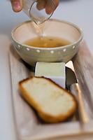 """Europe/France/Rhone-Alpes/74/Haute-Savoie/Megève:  Bouillon de poule et de châtaigne , brioche et beurre fumé, recette d' Emmanuel Renaut du restaurant """"Flocons de Sel"""""""