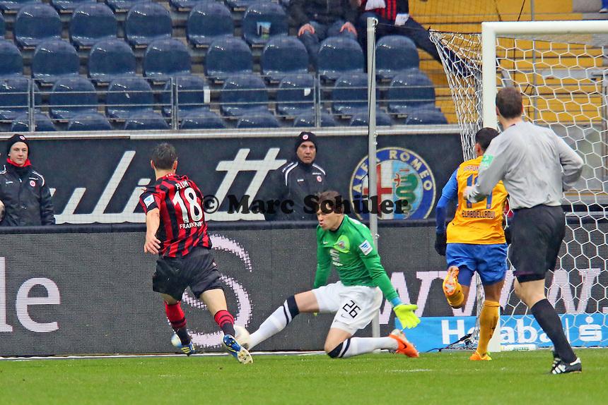 Johannes Flum (Frankfurt) erzielt das 1:0 gegen Daniel Davari (Braunschweig) - Eintracht Frankfurt vs. Eintracht Braunschweig, Commerzbank Arena