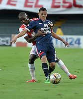 BOGOTA - COLOMBIA - 14-05-2016: Dairon Mosquera (Izq.) jugador de Independiente Santa Fe disputa el balón con Carlos Rodriguez (Der.) jugador de Fortaleza FC, durante partido por la fecha 18 entre Independiente Santa Fe y Fortaleza FC, de la Liga Aguila I-2016, en el estadio Nemesio Camacho El Campin de la ciudad de Bogota. / Dairon Mosquera (L) player of Independiente Santa Fe struggles for the ball with Carlos Rodriguez (R) player of Fortaleza FC, during a match of the date 18 between Independiente Santa Fe and Fortaleza FC, for the Liga Aguila I -2016 at the Nemesio Camacho El Campin Stadium in Bogota city, Photo: VizzorImage / Luis Ramirez / Staff.
