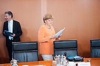 Berlin, Bundeskanzlerin Angela Merkel (CDU) und ihr außen- und sicherheitspolitischer Berater Christoph Heusgen (l.) am Mittwoch (01.07.2015) im Bundeskanzleramt vor der Kabinettssitzung. Foto: Steffi Loos/CommonLens