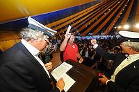 SKUTSJESILEN: GROU: Feesttent Halbertsmaplein, 19-07-2013, Opening SKS skûtsjesilen, loting voor walstart bij De Veenhoop en Earnewâld, Schipper Douwe Azn. Visser (Grou) en Sicco van der Meer (SKG bestuurslid) zijn zichtbaar blij met nr. 1 bij De Veenhoop, ©foto Martin de Jong