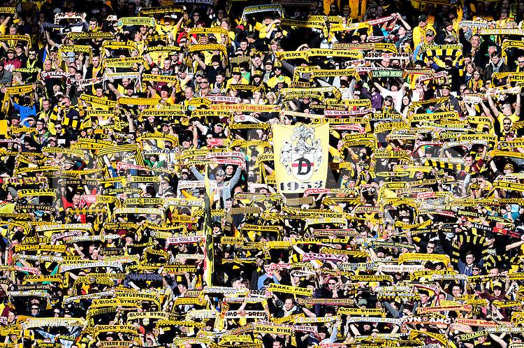 Fussball, 2. Bundesliga, Saison 2013/14, 22. Spieltag, SG Dynamo Dresden - FC St. Pauli, Sonntag (23.02.14), Dresden, Gluecksgas Stadion. Dresdens Fans.