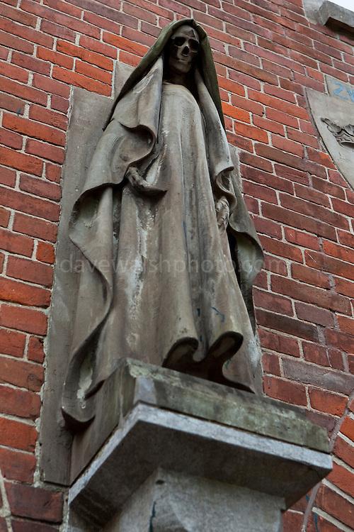 Statue of Death, Kerkplein, Den Haag, on a building designed by Hendrik Berlage