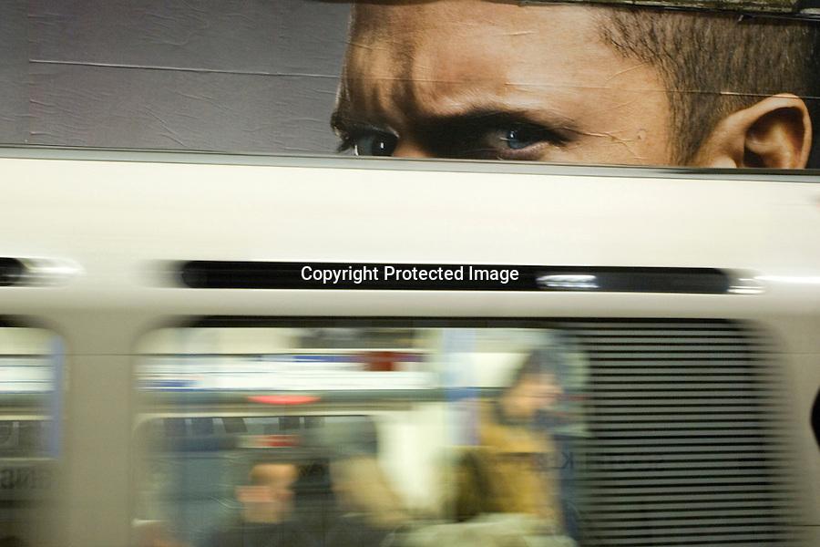 """LONDRES 2007 .Vista del metro de londres con un anuncio de la serie """"PRISION BREAK""""..foto JOAQUIN GOMEZ SASTRE"""