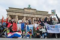 Am Samstag den 3. November 2018 veranstaltete das Erasmus Studentennetzwerk Deutschland e.V. mit mehreren hundert internationalen Erasmus-Studentinnen und Studenten in Berlin eine &quot;Flaggenparade zur europaeischen Integration&quot;. Mit der Parade wollten die jungen Menschen fuer den interkulturellen Austausch und gegen nationale Grenzen demonstrieren.<br /> 3.11.2018, Berlin<br /> Copyright: Christian-Ditsch.de<br /> [Inhaltsveraendernde Manipulation des Fotos nur nach ausdruecklicher Genehmigung des Fotografen. Vereinbarungen ueber Abtretung von Persoenlichkeitsrechten/Model Release der abgebildeten Person/Personen liegen nicht vor. NO MODEL RELEASE! Nur fuer Redaktionelle Zwecke. Don't publish without copyright Christian-Ditsch.de, Veroeffentlichung nur mit Fotografennennung, sowie gegen Honorar, MwSt. und Beleg. Konto: I N G - D i B a, IBAN DE58500105175400192269, BIC INGDDEFFXXX, Kontakt: post@christian-ditsch.de<br /> Bei der Bearbeitung der Dateiinformationen darf die Urheberkennzeichnung in den EXIF- und  IPTC-Daten nicht entfernt werden, diese sind in digitalen Medien nach &sect;95c UrhG rechtlich geschuetzt. Der Urhebervermerk wird gemaess &sect;13 UrhG verlangt.]