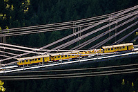 Europe/France/Languedoc-Roussillon/66/Pyrénées-Orientales/Cerdagne: Planès: le pont Gisclard ou  pont de Cassagne  franchit la Têt à une hauteur de 80 mètres, Le Pont Gisclard, le seul pont suspendu ferroviaire encore en service en France