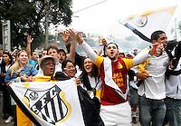 SÃO PAULO, SP,13 MAIO 2012 - CAMPEONATO PAULISTA - SANTOS x GUARANI FINAL Torcedores do Santos  antes da  partida Santos x Guarani válido pela final do Campeonato Paulista no Estádio Cicero Pompeu de Toledo (Morumbi), na região sul da capital paulista na tarde deste domingo (13). (FOTO: ALE VIANNA -BRAZIL PHOTO PRESS).