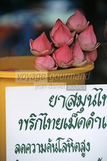 Thaïlande/Bangkok: Temple de Wat Traimit / Temple du Bouddha d'or - Vente de fleurs de lotus en offrandes à Bouddha