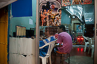 Thailand, Bangkok, December 22, 2009..Photographs and other images of the King and often the Queen also are everywhere in Thailand, as here in the Royal Palace area...Afbeeldingen van Koning Bumibol en vaak ook koningin Sirikit vind je overal in Bangkok zoals hier in de omgeving van het Koningklijk Paleis....Photo Kees Metselaar