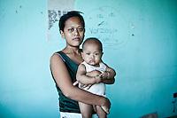 Monic Verzuza a 26 ans et est mère de 3 enfants. Dans ses bras, Ramon, 4 mois son cadet. C'est pour lui que le jour du Typhon Haiyan elle a décidé de quitter sa maison et d'aller se réfugier dans l'astrodrôme de la ville de Tacloban. Depuis lors, elle y vit avec toute sa famille. Tacloban, Novembre 2013. VIRGINIE NGUYEN HOANG