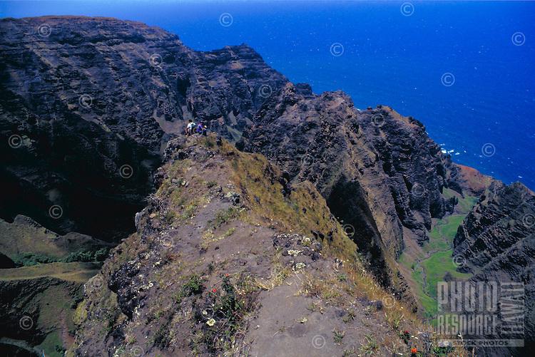 Hiking Na Pali , couple on Awaawapuhi trail, Kauai