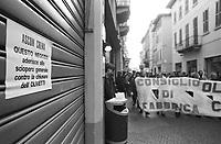 - demonstration of Olivetti workers against the closing of Crema plant (January 1992)....- manifestazione dei lavoratori Olivetti contro la chiusura dello stabilimento di Crema (gennaio 1992)