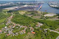Moorburg: EUROPA, DEUTSCHLAND, HAMBURG, (EUROPE, GERMANY), 21.05.2005: Moorburg und das Gelaende der CTA im Hintergrund