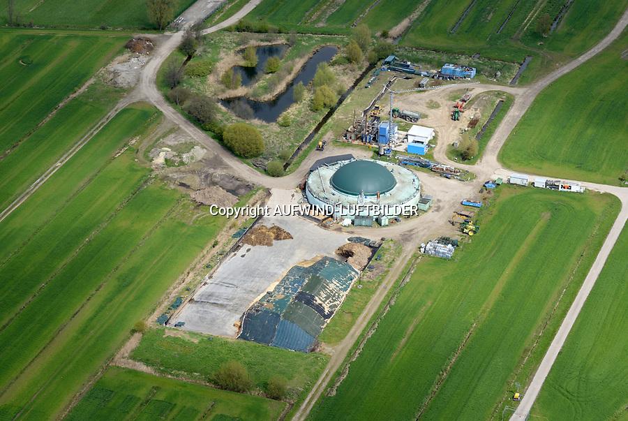 Biogasanlage Reitbrook: DEUTSCHLAND, HAMBURG 29.04.2017: Die Biogasanlage (BGA) in Hamburg-Reitbrook wird mit nachwachsenden Rohstoffen, die auf den umliegenden Feldern der Landwirtschaft angebaut und siliert werden, testweise betrieben. Dabei wir auf einen Anbau Mix verschiedener Pflanzen wie zum Beispiel Sonnenblumen, Triticale, Mais, Gras und Sorgum geachtet. Zusätzlich sollen Abfallprodukte aus der Landwirtschaft wie zum Beispiel Gülle, Grünschnitt oder Obstreste eingesetzt werden. Das entstehende Biogas wird in einem Blockheizkraftwerk in regenerativen Strom und Wärme umgewandelt. Der Strom wird ins öffentliche Netz eingespeist; über ein Nahwärmenetz werden die umliegenden Wohngebäude mit Wärme versorgt. Der Gärrest, der in der BGA entsteht, wird wieder auf die Felder ausgebracht und versorgt die Pflanzen mit Nährstoffen. Somit entsteht ein geschlossener Kreislauf ohne Abfallprodukte. <br /> Amphibienvorkommen, vielerlei Insekten und seine Flora zeichnet sich das Schutzgebiet aus.
