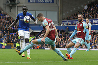 Oumar Niasse of Everton and Stephen Ward of Burnley during the Premier League match between Everton and Burnley at Goodison Park on October 1st 2017 in Liverpool, England. <br /> Calcio Everton - Burnley Premier League <br /> Foto Phcimages/Panoramic/insidefoto