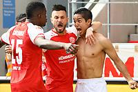 celebrate the goal, Torjubel zum 3:2 von Yoshinori Muto (1. FSV Mainz 05) mit Danny Latza (1. FSV Mainz 05) und Jhon Cordoba (1. FSV Mainz 05)- 13.05.2017: 1. FSV Mainz 05 vs. Eintracht Frankfurt, Opel Arena, 33. Spieltag