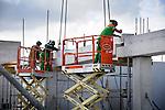 UTRECHT - Op kantorenpark Papendorp werken medewerkers van Bam Utiliteitsbouw Regio Utrecht aan kantoorpand IPMMC-2. Het door Claus & Kaan Architecten ontworpen pand krijgt een omvang van ruim 3.000 m2 en 56 parkeerplaatsen die op de begane grond met een dijkje rondom het pand gecamoufleerd worden. Het kantoorgebouw biedt ruimte voor 85 personen, krijgt een keuken en restaurant en verschillende pantry's. COPYRIGHT TON BORSBOOM