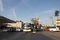 SAO PAULO, SP - 19.11.2014 - EXPLOSÃO CAIXA | TRANSITO - Est. do M'Boi Mirim tem seu trânsito liberado após tentativa de bloqueio na manhã desta quarta-feira (19) frente ao Term. Guarapiranga, na zona sul de São Paulo. Bandidos usaram ônibus articulado para bloquear a via e tentaram implantar explosivos em caixas eletrônicos dentro do terminal de ônibus.<br /> <br /> (Foto: Fabricio Bomjardim / Brazil Photo Press)
