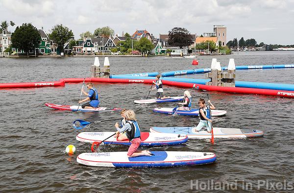 Nederland Zaandam 2016 07 09.  Ruim 300 kinderen doen mee aan de Zaanse editie van Optimist on Tour. Ze kunnen leren zeilen in een optimist, kanovaren, suppen en surfen. Het evenement bij de Zaanse Schans is de grootste Optimist on Tour ooit voor organisator het Watersportverbond.   Foto Berlinda van Dam / Hollandse Hoogte