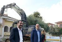 Roma, 26 Novembre 2018<br /> Matteo Salvini e Nicola Zingaretti durantela demolizione<br /> L'esercito italiano  ha iniziato la demolizione di una villa confiscata dalla Regione Lazio ai membri del clan criminale mafioso dei Casamonica in Via Rocca Bernarda nella periferia sud est di Roma dove sorgerà un parco Pubblico e una biblioteca