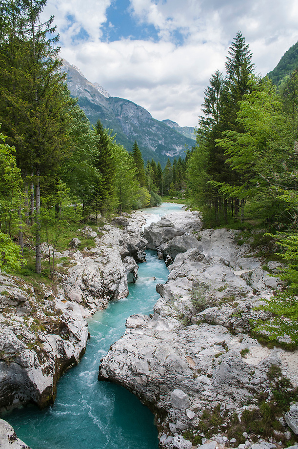 Soca rivier in nauwe kalkstenen kloof