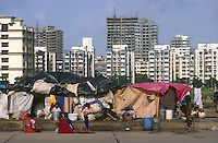 "Südasien Asien Indien IND Asien Indien Megacity Metropole Mumbai Bombay .Menschen leben in Zelten und Hütten auf der Strasse im Stadtteil Andheri vor Appartment Hochhäuser - Städtewachstum Haus Häuser Hochhaus Hütten wohnen Notunterkunft Wohnraum Mieten Miete urban Verslumung Slums Migration vom Land Armut Elend Urbanes Leben Slumbewohner Slum Wasser Obdachlose Obdachlosigkeit Hygiene Seuchen Cholera Kontrast Kinder Urbanisierung Slumabriß abreissen Vertreibung sozial soziale Konflikt Inder indisch xagndaz | .South Asia India Mumbai Bombay .huts of migrants from rural villages on the street in suburban Andheri in contrast to appartment building - Migration poverty misery slums water poor migration from villages living in huts in slum in megacity metropole slum dweller construction housing city growth water health slum demolition .| [ copyright (c) Joerg Boethling / agenda , Veroeffentlichung nur gegen Honorar und Belegexemplar an / publication only with royalties and copy to:  agenda PG   Rothestr. 66   Germany D-22765 Hamburg   ph. ++49 40 391 907 14   e-mail: boethling@agenda-fototext.de   www.agenda-fototext.de   Bank: Hamburger Sparkasse  BLZ 200 505 50  Kto. 1281 120 178   IBAN: DE96 2005 0550 1281 1201 78   BIC: ""HASPDEHH"" ,  WEITERE MOTIVE ZU DIESEM THEMA SIND VORHANDEN!! MORE PICTURES ON THIS SUBJECT AVAILABLE!! INDIA PHOTO ARCHIVE: http://www.visualindia.net ] [#0,26,121#]"