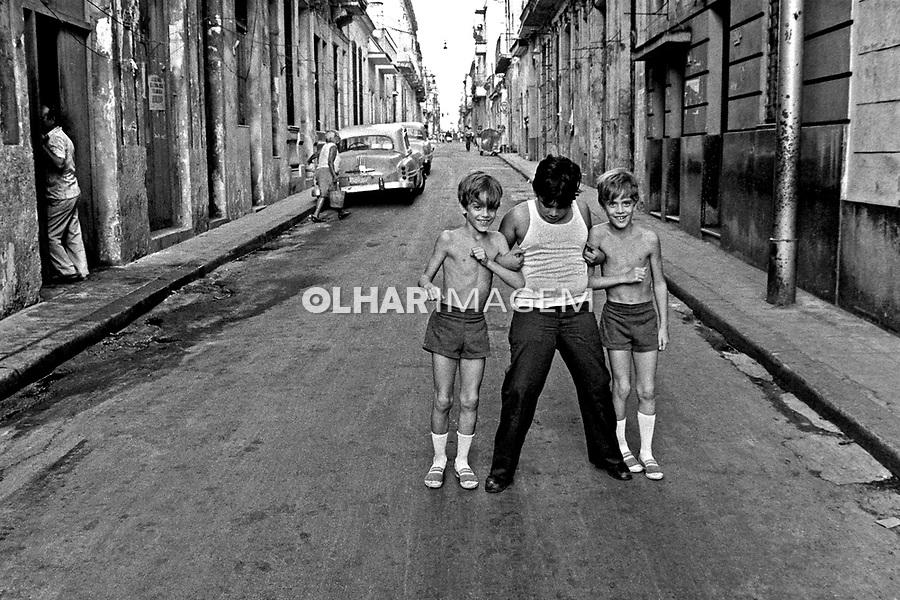 Crianças na rua em Havana Velha, Cuba. 1984. Foto de Juca Martins.