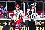 Stockholm 2013-12-28 Ishockey Hockeyallsvenskan Djurg&aring;rdens IF - Almtuna IS :  <br /> Almtuna Alen Bibic &auml;r arg efter att ha blivit utvisad under den andra perioden och diskuterar med domare Johan Nordl&ouml;f  <br /> (Foto: Kenta J&ouml;nsson) Nyckelord:  utvisning utvisad utvisas arg f&ouml;rbannad ilsk ilsken sur tjurig angry
