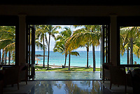 MUS, Mauritius, Poste de Flacq, Belle Mare Plage Resort: Lobby, Palmen, Strand | MUS, Mauritius, Poste de Flacq, Belle Mare Plage Resort:  lobby, palm trees, beach