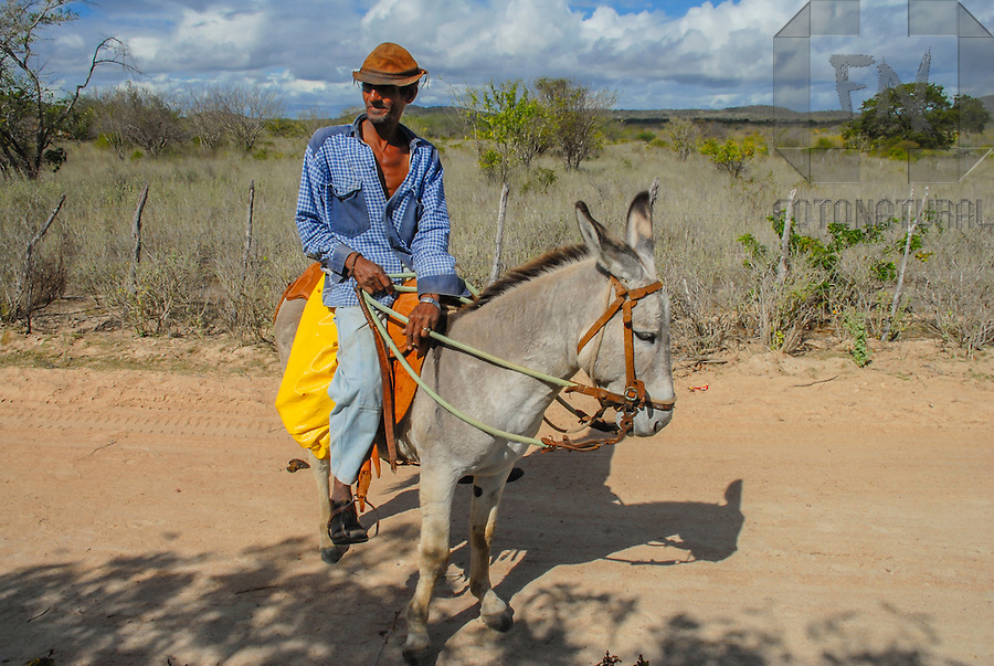 Homem montado em jegue no sert&atilde;o nordestino | Man riding a donkey in the northeastern backlands<br /> <br /> LOCAL: Uau&aacute;, Bahia, Brasil <br /> DATE: 08/2007 <br /> &copy;Du Zuppani