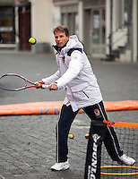 09-02-12, Netherlands,Tennis, Den Bosch, Daviscup Netherlands-Finland, Loting, Straattennis, Captain Jan Siemerink in actie