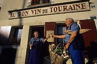 """Europe/France/Centre/37/Indre-et-Loire/Azay-le-Rideau : M. René Ménard et M. Robert Denis, viticulteurs AOC Azay-le-Rideau devant le café """"Au Bon Vin de Touraine""""<br /> PHOTO D'ARCHIVES // ARCHIVAL IMAGES<br /> FRANCE 1990"""