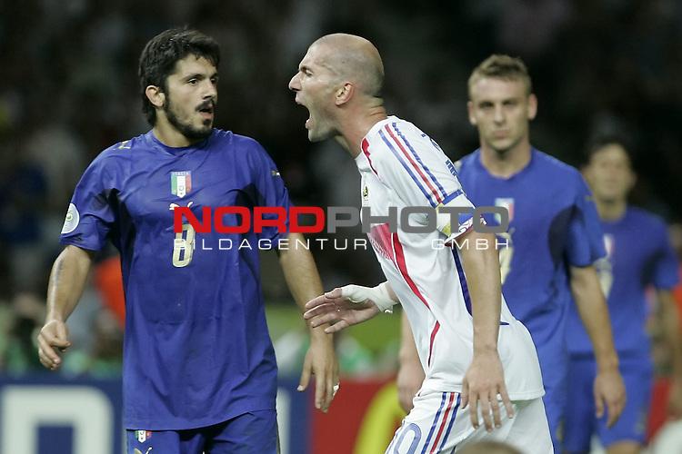 FIFA WM 2006 -  Final - Finale<br /> Play    #64  (09. Juli ) Italien - Frankreich<br /> <br /> Schiedsrichter Horacio Elizondo (Mitte) zeigt Zinedine Zidane (links) von Frankreich die Rote Karte. <br /> Foto &copy; nordphoto