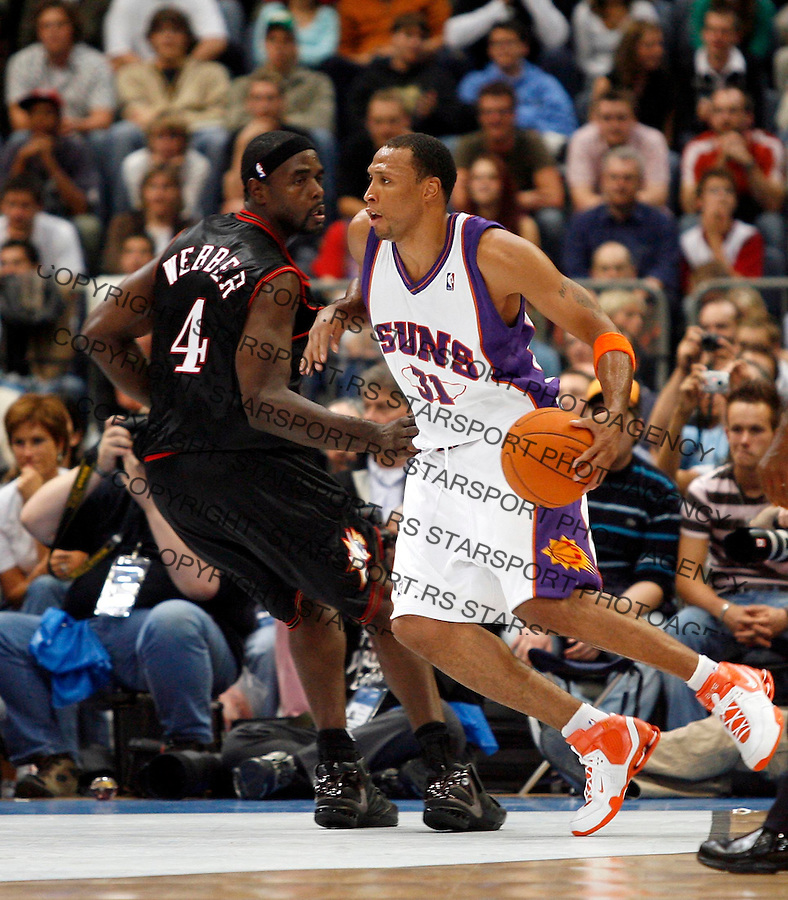 Phoenix Suns Shawn Marion, right, plays against Chris Webber, left, of Philadelphia 76ers, during a NBA Live Tour friendly basketball match between Philadelphia 76ers and Phoenix Suns at the Koeln Arena in Cologne, Germany, Tuesday, Oct. 10, 2006. (Srdjan Stevanovic)<br />