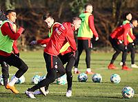 Branimir Hrgota (Eintracht Frankfurt) zieht an Marijan Cavar (Eintracht Frankfurt) vorbei - 14.02.2018: Eintracht Frankfurt Training, Commerzbank Arena
