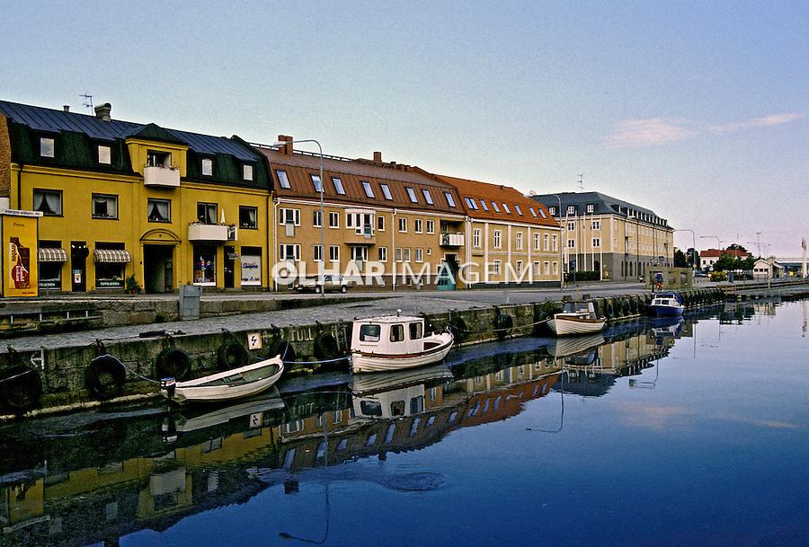 Barcos no canal em Karlshamn, Suécia. 1996. Foto de Adriano Gambarini.