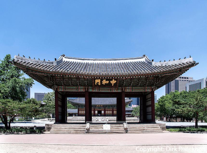 Tor zur Halle der mittleren Harmonie Junghwajeon im Palast Deoksugung in Seoul, S&uuml;dkorea, Asien<br /> Gate to hall of middle harmony in palace Deoksugung, Seoul, South Korea, Asia