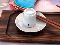 Trinkbecher und Essst&auml;bchen, Seoul, S&uuml;dkorea, Asien<br /> Cup and chopsticks, Seoul, South Korea, Asia