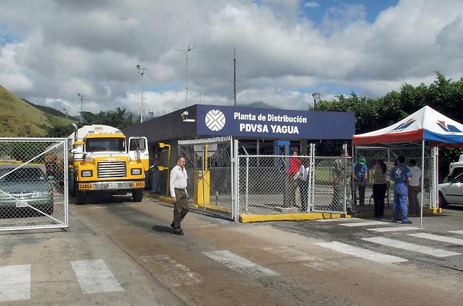 Abfuellstation Yagua des staatlichen Erdoelkonzerns PDVSA.<br /> PDVSA geheort mit zu den weltweit groessten Lieferanten von Erdoel.<br /> Von der Abfuellstation wird Benzin, Diesel und Kerosin fuer den Inlandsbedarf verteilt.<br /> Nach dem missgluechten Erdoelstreik 2002/2003 wurde der Konzern dezantralisiert und in PDVSA-West und PDVSA-Ost aufgeteilt.<br /> 12.11.2004, Valencia / Venezuela<br /> Copyright: Christian-Ditsch.de<br /> [Inhaltsveraendernde Manipulation des Fotos nur nach ausdruecklicher Genehmigung des Fotografen. Vereinbarungen ueber Abtretung von Persoenlichkeitsrechten/Model Release der abgebildeten Person/Personen liegen nicht vor. NO MODEL RELEASE! Nur fuer Redaktionelle Zwecke. Don't publish without copyright Christian-Ditsch.de, Veroeffentlichung nur mit Fotografennennung, sowie gegen Honorar, MwSt. und Beleg. Konto: I N G - D i B a, IBAN DE58500105175400192269, BIC INGDDEFFXXX, Kontakt: post@christian-ditsch.de<br /> Bei der Bearbeitung der Dateiinformationen darf die Urheberkennzeichnung in den EXIF- und  IPTC-Daten nicht entfernt werden, diese sind in digitalen Medien nach &sect;95c UrhG rechtlich geschuetzt. Der Urhebervermerk wird gemaess &sect;13 UrhG verlangt.]