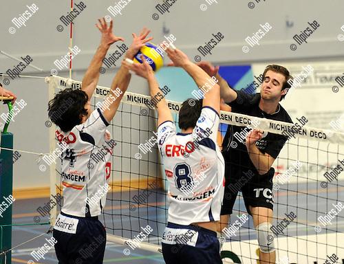 2011-04-02 / volleybal / seizoen 2010-2011 / VC Kapellen - Waremme / Brent De Bleser (Kapellen) geraakt niet voorbij het Waalse blok..Foto: Mpics