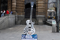 SÃO PAULO,SP, 18.05.2015 - ROCK-RIO Guitarra é vista em frente ao Teatro Municipal no centro da cidade de São Paulo nesta segunda-feira, 18 .A Guitar Parade é uma exposição de arte pública, com guitarras de 2,5m de altura sobre bases de 40 cm, customizadas por diversos artistas, expostas nas principais vias de São Paulo, em comemoração aos 30 anos de Rock in Rio.(Foto: Kevin David / Brazil Photo Press )