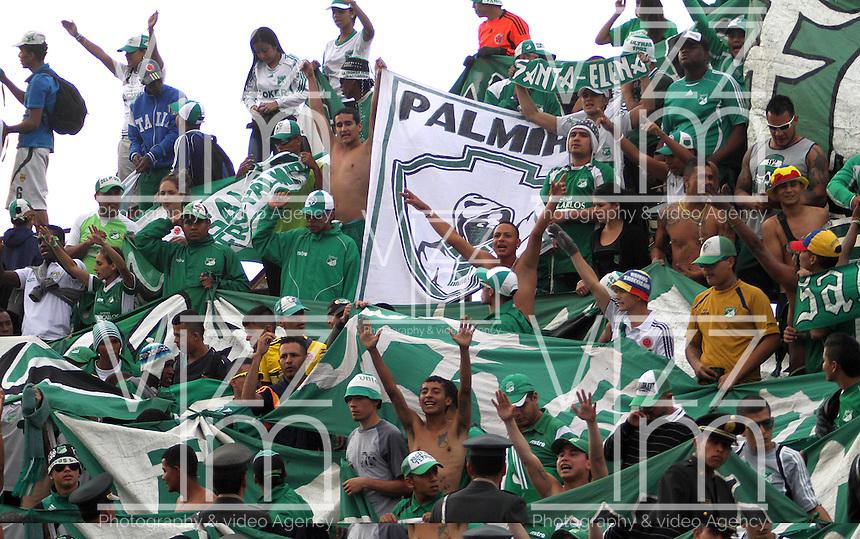 CAJAMARCA - PERU - 20-08-2014: Hinchas Deportivo Cali de Colombia, animan a su durante partido de ida de la primera fase, llave G13 de la Copa Total Suramericana entre Universidad Tecnologica de Cajamarca de Peru y Deportivo Cali de Colombia en el estadio Héroes de San Ramón, de la ciudad de Cajamarca./ Fans of Deportivo Cali of Colombia, cheer for their team during a match for the first round, of the first phase, Key G13 Universidad Tecnologica de Cajamarca of Peru and Deportivo Cali of Colombia, of the Copa Total Suramericana in the Héroes de San Ramón, Stadium in Cajamarca city. Photos: Libero de Lima / Photogamma / VizzorImage.