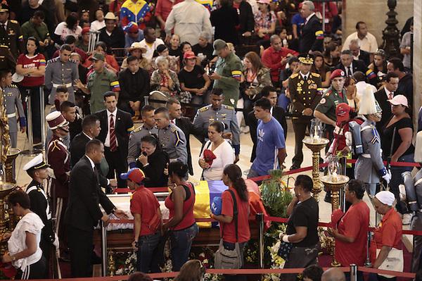 CAR4112. CARACAS (VENEZUELA), 07/03/2013.- Fotografía cedida por la presidencia de Venezuela muestra a una mujer observando el cuerpo del gobernante de Venezuela, Hugo Chávez, hoy, jueves 7 de marzo de 2013, durante las honras fúnebres del presidente en la Academia Militar de Caracas (Venezuela). El funeral de Chávez iniciará mañana a las 11.00 hora local (15.30 GMT). EFE/PRESIDENCIA DE VENEZUELA/SOLO USO EDITORIAL NO VENTAS