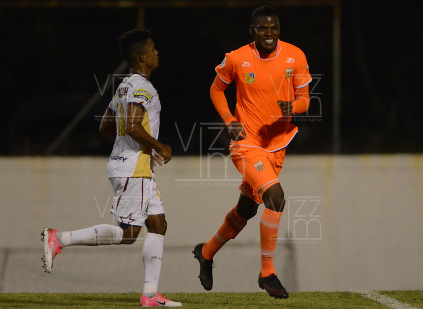 ENVIGADO -COLOMBIA-04-08-2017: Joseph C. Cox jugador de Envigado FC celebra después de anotar un gol a Deportes Tolima durante partido por la fecha 6 de la Liga Águila II 2017 realizado en el Polideportivo Sur de la ciudad de Envigado. / Joseph C. Cox player of Envigado FC celebrates after scoring a goal to Deportes Tolima during match for the date 6 of the Aguila League II 2017 played at Polideportivo Sur in Envigado city.  Photo: VizzorImage/ León Monsalve /Cont
