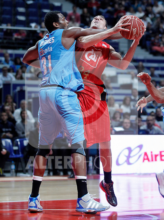 Asefa Estudiantes' Lamont Barnes (l) and Cai Zaragoza's Pablo Aguilar during Liga Endesa ACB match.November 11,2012. (ALTERPHOTOS/Acero)