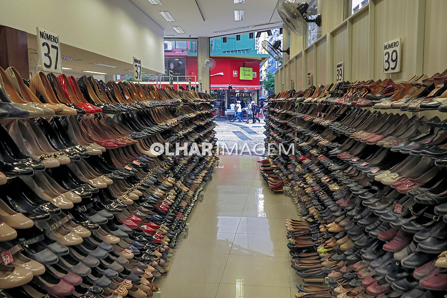 Loja de calçados, rua Dom Jose de Barros, Sao Paulo. 2018. Foto de Juca Martins.