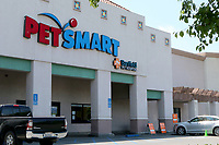 LOS ANGELES - APR 11:  PetsMart Store, Shoppers at the Businesses reacting to COVID-19 at the Hospitality Lane on April 11, 2020 in San Bernardino, CA