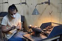 Tabarka, 18 Settembre 2018<br /> Anis Bouchnak, l'unico fabbricatore di Pipe in Tunisia lavora nel suo laboratorio