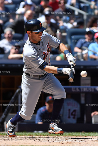 Ian Kinsler (Tigers),<br /> JUNE 12, 2016 - MLB :<br /> Ian Kinsler of the Detroit Tigers bunts in the third inning during the Major League Baseball game against the New York Yankees at Yankee Stadium in the Bronx, New York, United States. (Photo by Hiroaki Yamaguchi/AFLO)